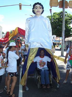 Cadeirante demonstrando a acessibilidade do transporte do boneco.
