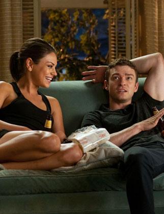"""Imagem dos personagens do filme """"Amizade Colorida"""" sentados no sofá."""