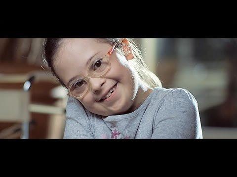 Na foto: menina com Síndrome de Down.