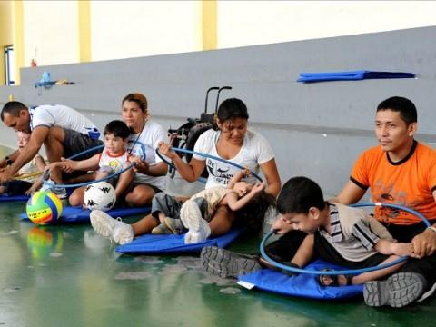 Fotos de Pais e crianças em atividades no Programa Viver Melhor.