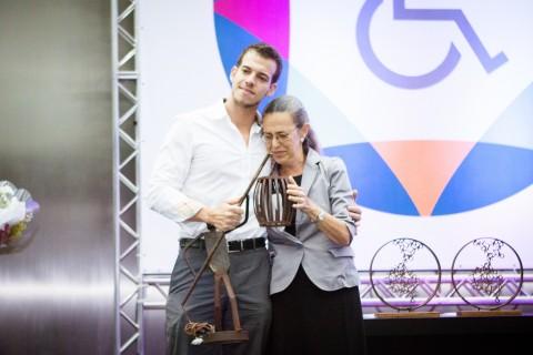Sônia e Tadzo com o troféu nas mãos.