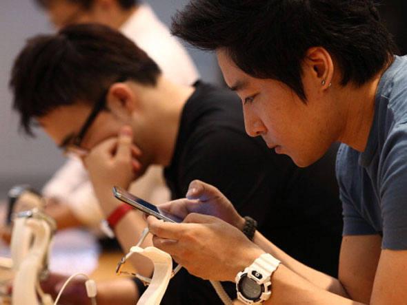 Pessoas utilizando smartphones.